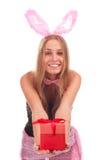 Uma menina vestida como um coelho com presentes Fotografia de Stock Royalty Free