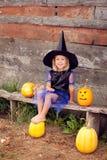 Uma menina vestida como uma bruxa para Dia das Bruxas Imagens de Stock Royalty Free