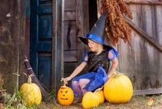 Uma menina vestida como uma bruxa para Dia das Bruxas Foto de Stock Royalty Free