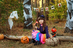 Uma menina vestida como uma bruxa para Dia das Bruxas Fotos de Stock Royalty Free