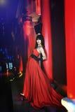 Uma menina vestiu-se em um vestido de noite vermelho Fotografia de Stock