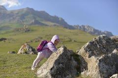 Uma menina viaja nas montanhas imagem de stock