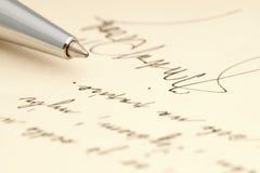 Uma mensagem escrita à mão com uma assinatura escrita à mão e uma pena foto de stock royalty free