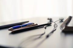Uma mesa e uma tecnologia de escritório fotografia de stock