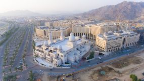 Uma mesquita branca na Meca imagens de stock royalty free