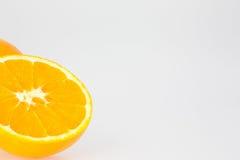 Uma laranja do corte com espaço branco Imagem de Stock