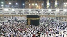 Uma metragem enviada rápida de peregrinos muçulmanos circumambulate o Kaaba filme