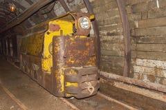 Uma mina de carvão e um trem velhos, abandonados da mina Extração de carvão na mina subterrânea Fotografia de Stock