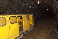 Uma mina de carvão e um trem velhos, abandonados da mina Extração de carvão na mina subterrânea Foto de Stock Royalty Free
