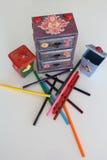 Uma mini caixa feito a mão de três gavetas decoupaged com papel floral do vintage, objetos feitos a mão decorou usando técnicas d Imagens de Stock