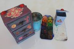 Uma mini caixa feito a mão de três gavetas decoupaged com papel floral do vintage, objetos feitos a mão decorou usando técnicas d Fotos de Stock