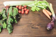 Uma mistura de legumes frescos em uma tabela velha pronta para ser cozinhado a Fotografia de Stock Royalty Free