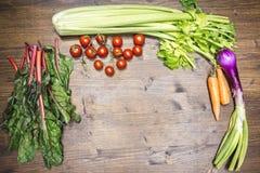 Uma mistura de legumes frescos em uma tabela velha pronta para ser cozinhado a Fotografia de Stock