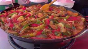 Uma mistura dos vegetais e das fervuras da carne em uma grande frigideira vídeos de arquivo