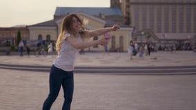 Uma moça afortunada olha o telefone e vê a boa notícia da mensagem no telefone A mulher exulta e ri, saltos 4K filme