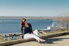 Uma moça anda na terraplenagem da baía da cidade imagem de stock
