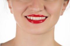 Uma moça bonita aplica um batom vermelho líquido persistente Imagem de Stock Royalty Free