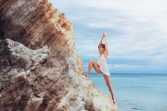 Uma moça bonita com cabelo curto é vestida no short e em uma ioga praticando do jérsei branco fotos de stock