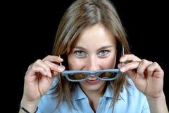 Uma moça bonita que olha com os vidros 3d Foto de Stock
