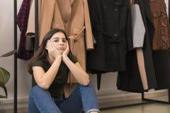 Uma moça cansado da compra, assento triste fotografia de stock royalty free