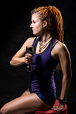 Uma moça com dreadlocks que treina com pesos Imagens de Stock