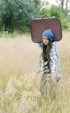 Uma moça com sua mala de viagem Imagens de Stock Royalty Free