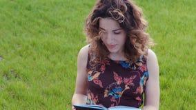 Uma moça com um diário nas mãos em um fundo video estoque