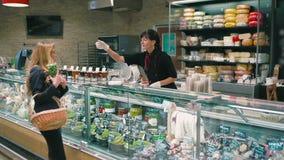 Uma moça compra mantimentos em um supermercado filme