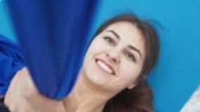 Uma moça contratada no esticão em um clube de aptidão vídeos de arquivo