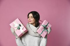 Uma moça da beleza com presente do Natal imagem de stock
