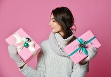 Uma moça da beleza com presente do Natal imagens de stock