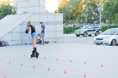 Uma moça em patins de rolo Fotos de Stock Royalty Free