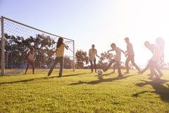 Uma moça em um objetivo durante um jogo de futebol da família fotos de stock