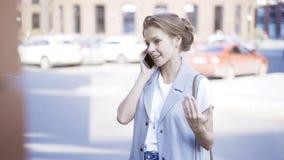 Uma moça está tendo uma chamada fora fora Imagens de Stock Royalty Free