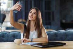 Uma moça está tomando o selfie imagens de stock
