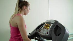 Uma moça está trabalhando em uma escada rolante no gym vídeos de arquivo