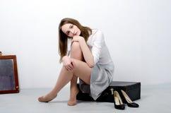 Uma moça na camisa no estúdio foto de stock