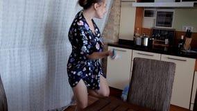 Uma moça na manhã limpar a dança do quando da cozinha Bom modo vídeos de arquivo