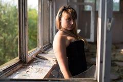 Uma moça nas ruínas Imagens de Stock