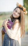 Uma moça no amor com seu livro do ‹do †do ‹do †Imagens de Stock Royalty Free