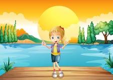 Uma moça que está acima da placa de mergulho de madeira Imagens de Stock Royalty Free