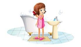 Uma moça que penteia seu cabelo após ter tomado um banho Fotografia de Stock Royalty Free