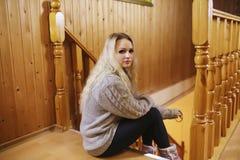 Uma moça senta-se em uma escada em uma camiseta fotografia de stock royalty free