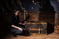 Uma moça senta-se perto de uma caixa e da tentativa encontrar uma solução de foto de stock royalty free