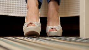 Uma moça veste as sapatas festivas brancas para um evento solene Menina calçados video estoque