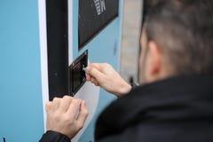 Uma mão abre a chave uma porta Imagem de Stock Royalty Free