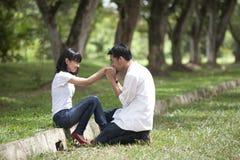 Uma mão dos girflfriend de beijo do noivo Fotos de Stock Royalty Free