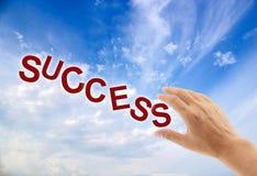 Uma mão que alcança até o sucesso da garra Imagem de Stock Royalty Free