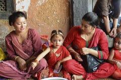 Uma moça comemora Teej com sua família Imagens de Stock