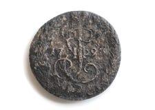 Uma moeda de cobre do dinheiro do império de russo em um fundo isolado branco imagem de stock
